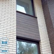 Фото облицовки фасада светлым кирпичем и фиброцементным сайдингом с фактурой темного  дерева NICHIHA EPC241