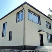 Наружная отделка фасада дома из бруса панелями NICHIHA под штукатурку EPA386 и кирпич EPB295 (цоколь)