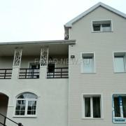 Фото: облицовка фасада дома под светлобежевый кирпич с белой расшивкой панелями NICHIHA EFX3253 в сочетании со штукатуркой короед. Владивосток 2017