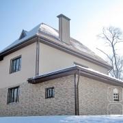 Комбинация кирпичной и штукатурной фактуры на фасаде.