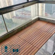 Садовый настил (декинг) из натурального дерева на балконе