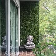 Декорирование стены на балконе модульной искусственной зеленью Самшит Faulkner